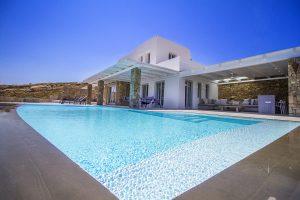 Swimming pool and building exterior of the Villa Onar & Villa Cloud Luxury retreats in Mykonos.